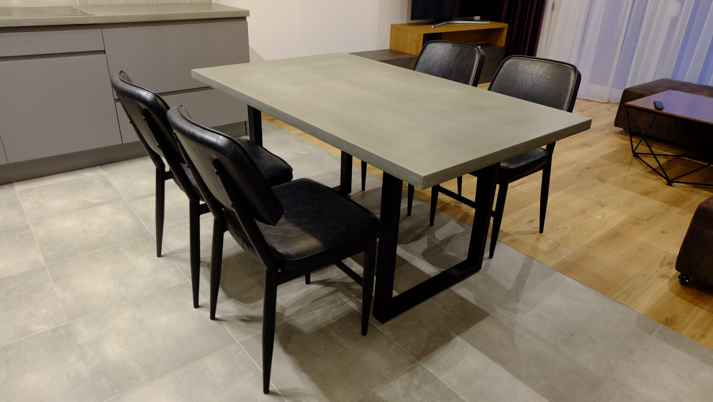 Betoninis valgomojo stalas